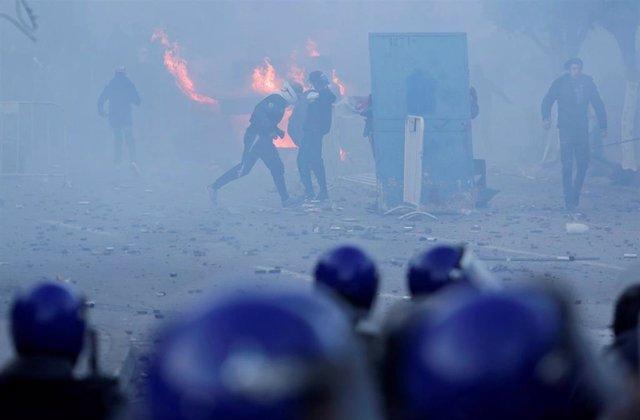 Disturbios durante una manifestación contra Buteflika en Argelia