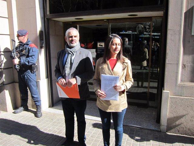 AV.- Arrimadas lleva a la Fiscalía la decisión de Torra de no retirar los lazos