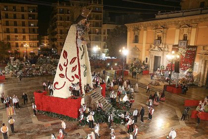 Más de 100.000 personas participan estas Fallas en la ofrenda a la 'Geperudeta', que lucirá un manto blanco, rosa y rojo
