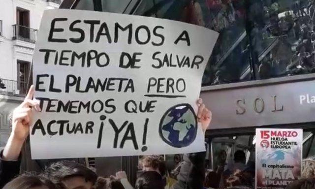 Centenars de joves es concentren en la Porta del Sol de Madrid per exigir medi