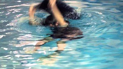 Convertir unos pantalones vaqueros en un salvavidas, el truco de los Navy Seals que salvó de morir ahogado a un hombre