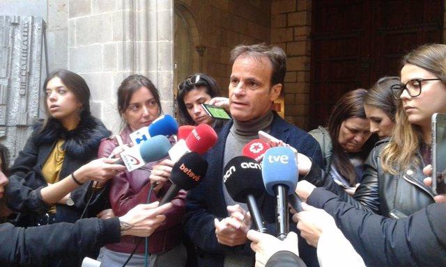 """El Gobierno de Colau afirma que retiró el lazo amarillo para """"no alimentar polém"""