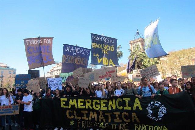 """Más de 2.000 estudiantes marchan en Barcelona contra el cambio climático: """"Quere"""