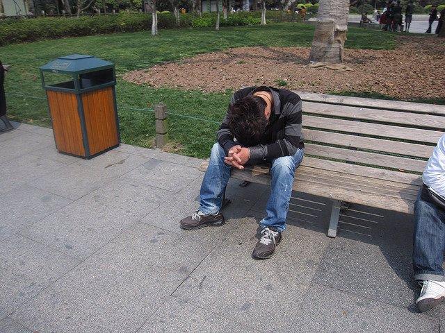 Narcolepsia, señor dormido en un banco de la calle