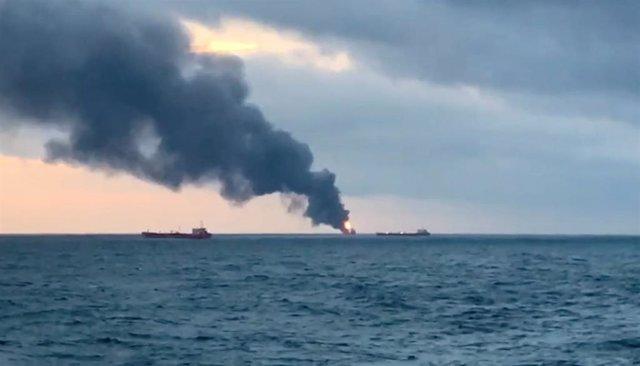 Uno de los buques incendiados en el estrecho de Kerch, cerca de Crimea