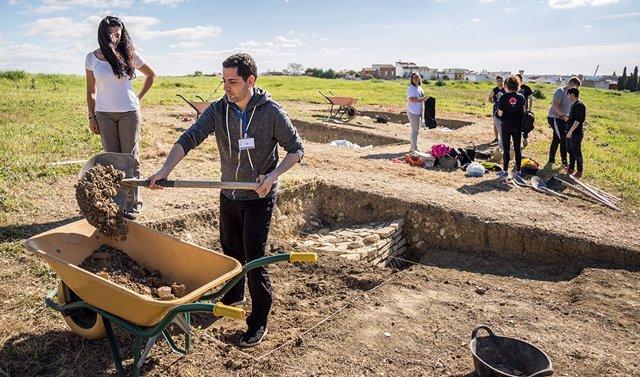 Sevilla.- Reanudadas las excavaciones en la muralla tardoantigua de Itálica tras