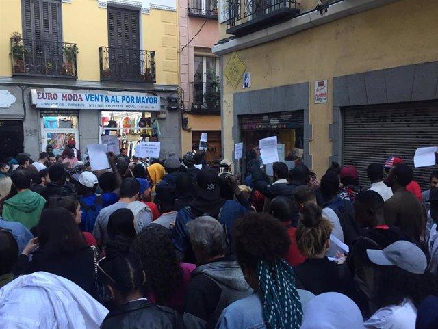 """Una concentración recuerda a Mame como """"víctima del racismo institucional"""" y col"""