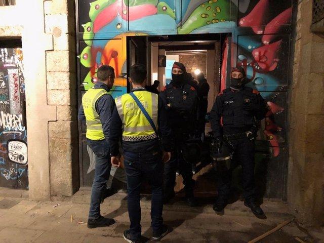 Successos.- Detenen tres responsables de dos narcopisos del Raval de Barcelona