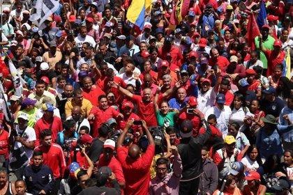 """Miles de 'chavistas' celebran la """"victoria"""" ante la """"guerra eléctrica"""""""