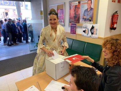 'Senyor pirotècnic, pot comptar el meu vot': Oltra acude a votar en las primarias de Iniciativa vestida de fallera