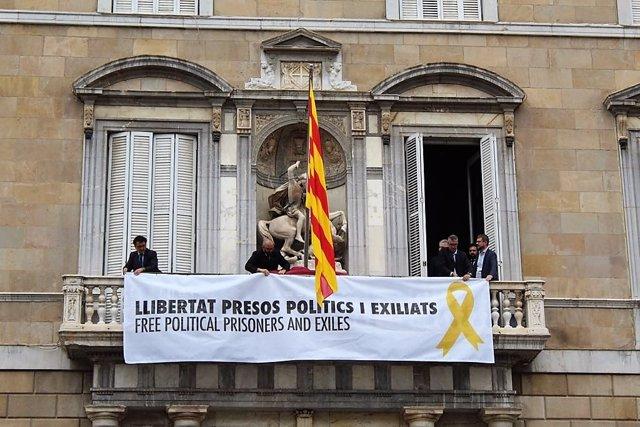 Pancarta del Palau de la Generalitat por soberanistas presos o en el extranjero