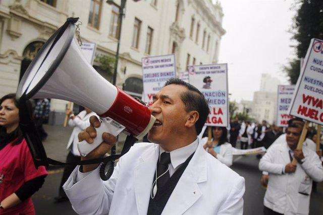 Huelga indefinida de médicos en Perú