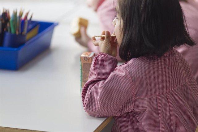 Colegio, aula, primaria, infantil, clase, niño, niña, niños, desayunando