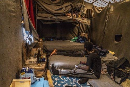 """ONG denuncian las """"degradantes"""" condiciones de miles de refugiados """"hacinados"""" e"""