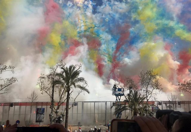 Fallas.- Una colorida y vibrante 'mascletà' de la pirotecnia Vulcano homenajea a