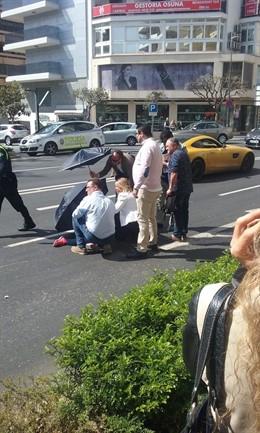 Málaga.- La alcaldesa de Marbella, médico de profesión, atiende a una mujer heri
