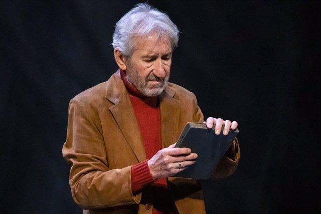 José Sacristán interpretar 'Senyora de vermell sobre fons gris' de Delibes en e