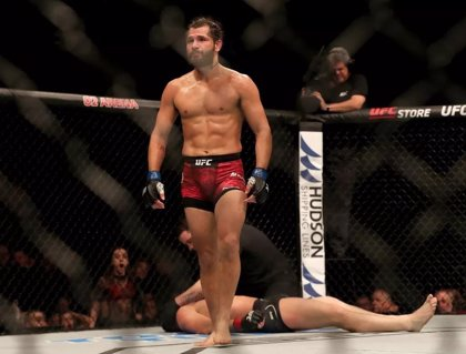 Un luchador de la UFC interrumpe la entrevista de Jorge Masvidal y este le pega