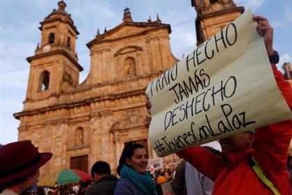 Miles de personas marchan por la paz en Colombia