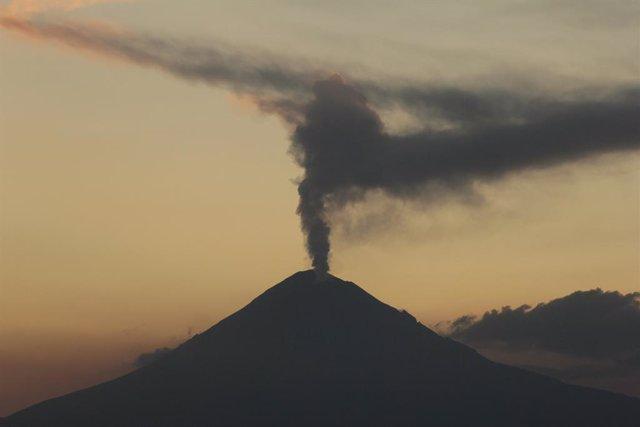 El volcán Popocatépetl registra una nueva explosión de material incandescente y