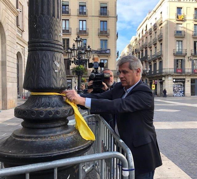 """Alberto Fernández (PP) treu dos llaços de fanals davant de l'Ajuntament: """"Torna"""
