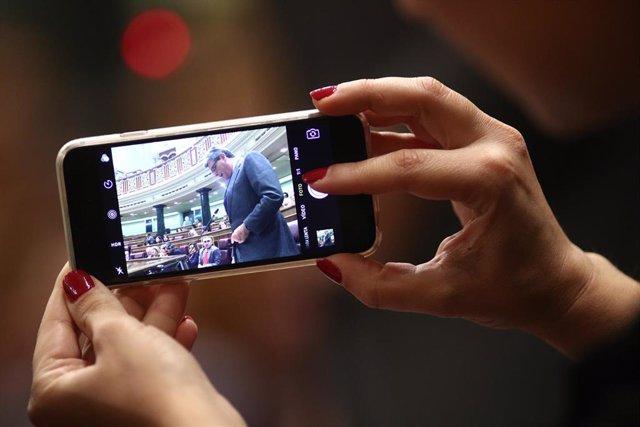 El diputado Ricardo Tarno visto desde un móvil en la sesión de control