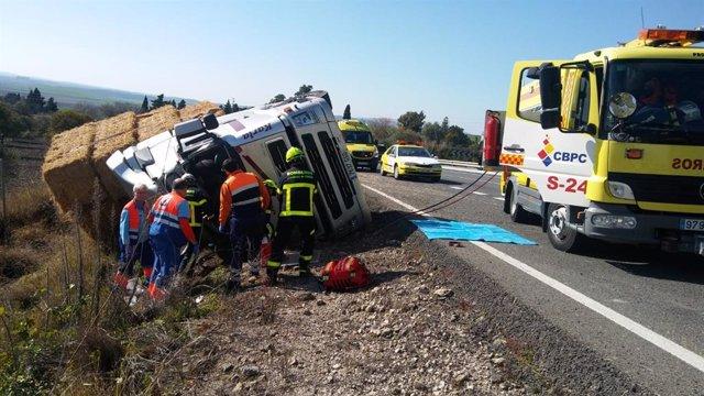 Bomberos actúan en un accidente de tráfico en la A-384