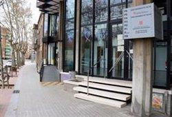 Serveis Territorials d'Ensenyament del Vallès Occidental retira els llaços grocs de la façana (ACN)