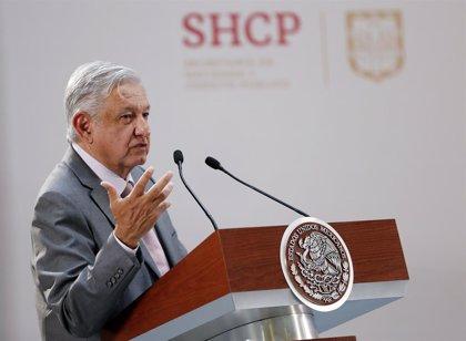 López Obrador firma un compromiso para no ser reelegido en el cargo