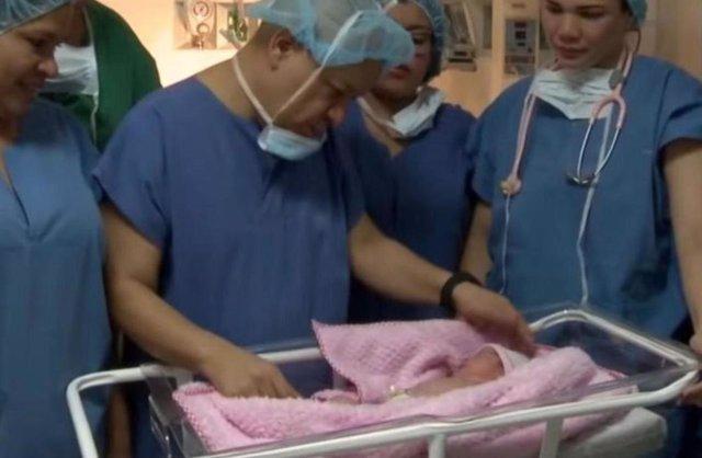 Nace una bebé embarazada de su hermano gemelo y es sometida a una cesárea urgent