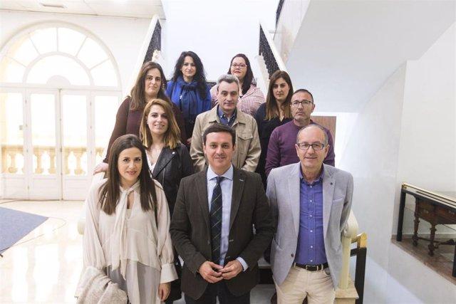 El presidente de Diputación, Javier A. García, con los ocho nuevos funcionarios.