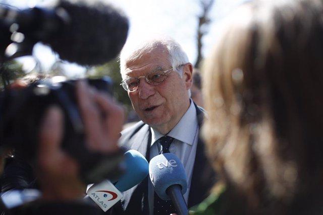 El ministro de Asuntos Exteriores, Josep Borrell, inaugura una exposición en la