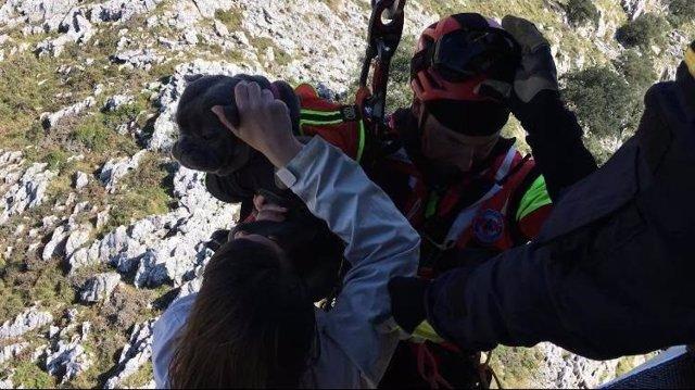 El helicóptero del Gobierno rescata a dos senderistas y un perro en los Ojos del