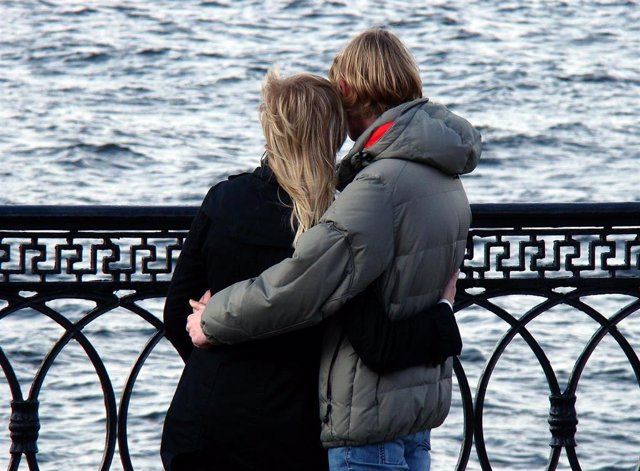 Fingir emociones en el entorno laboral repercute en la pareja y en la salud del