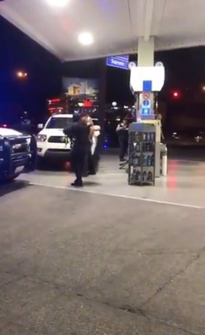 Detienen a un hombre en una gasolinera de Sinaloa y este le pide matrimonio a su novia