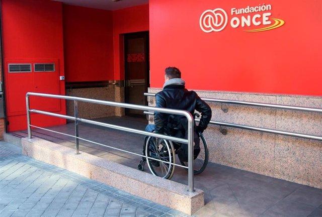 Empleado con discapacidad en la sede de la ONCE
