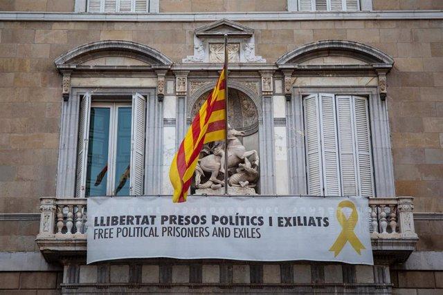 Pancartes en la façana de la Generalitat