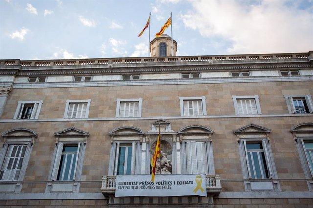 Pancartas en la fachada de la Generalitat