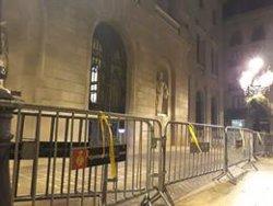 Un activista torna a posar llaços a la plaça Sant Jaume de Barcelona (EUROPA PRESS)