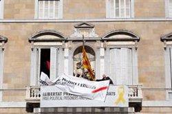 La Generalitat treu el llaç groc de la seva façana però manté una pancarta pels presos (EUROPA PRESS)
