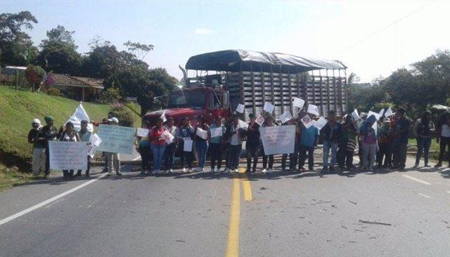 Al menos 15.000 indígenas protestan contra el Gobierno colombiano y bloquean la