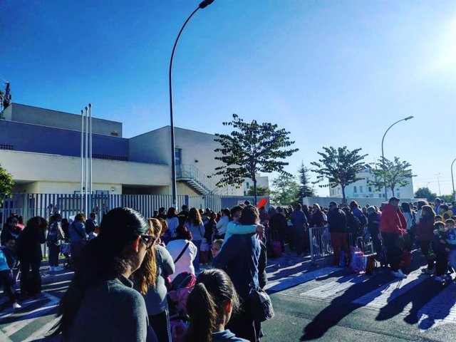 Sevilla.- Concentraciones en el colegio Raimundo Lulio de Camas por la paralizac