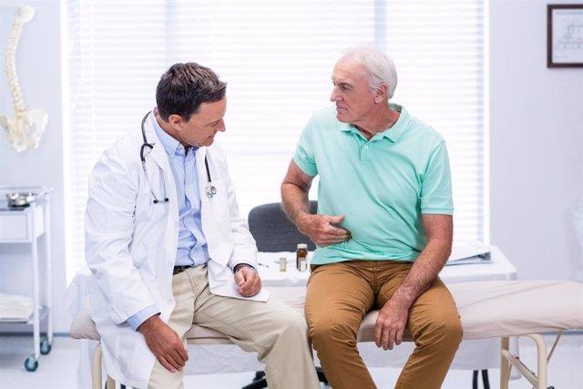 Paciente y médico en la consulta, dolor