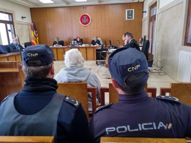 Condemnen a un octagenario a un any i 11 mesos de presó per intentar asfixiar co
