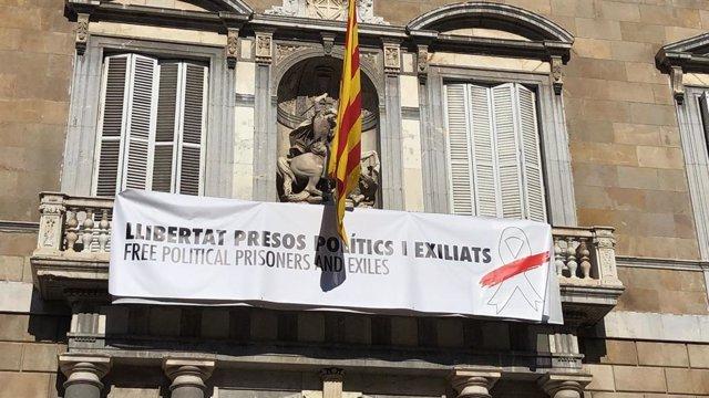 El Govern de la Generalitat cambia el lazo amarillo de su edificio por uno blanc