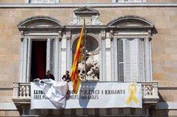 Retiren els llaços de la façana del Palau de la Generalitat (EUROPA PRESS)