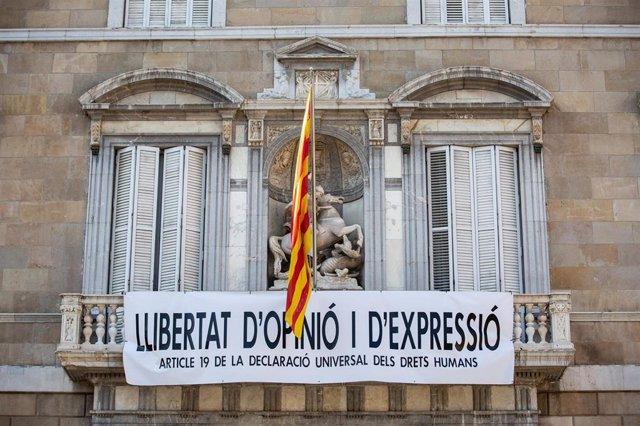 Resultado de imagen de Torra cuelga otra pancarta por la libertad de expresión en la fachada de la Generalitat