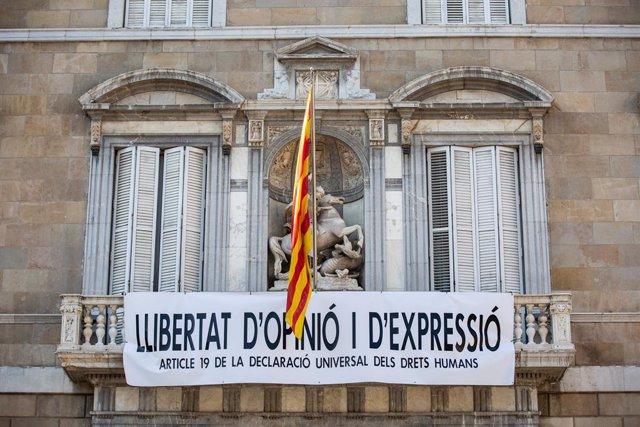 Nova pancarta reivindicativa en el Palau de la Generalitat
