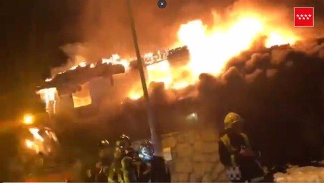 Ocho dotaciones de bomberos trabajan en la extinción del incendio de un chalet e