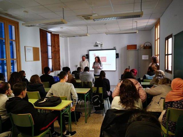 Cerca de 50 personas asisten a una charla para conocer los servicios de formació